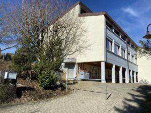 Schulhaus Einfahrt